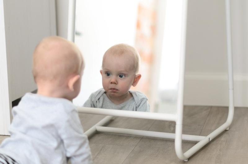 Niemowlę przed lustrem