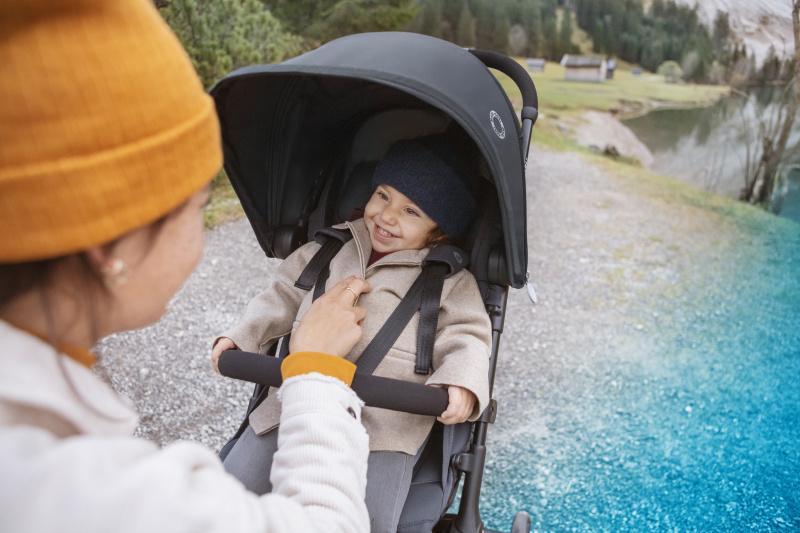 MC1233_2020_Maxicosi_stroller_Lara2_Lifestyle_Winter_Toddlersmilingatmum_Landscape_RGB