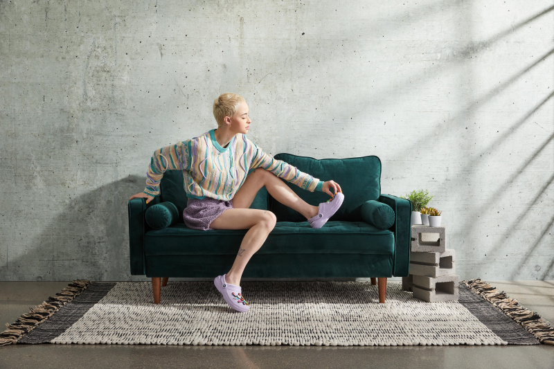 _CROCS_203591-50P_COZY_AT_HOME_CLASSIC_LINED_CLOG_ON_FIGURE_PIPER_S3_SELL_THRU_2021_0651